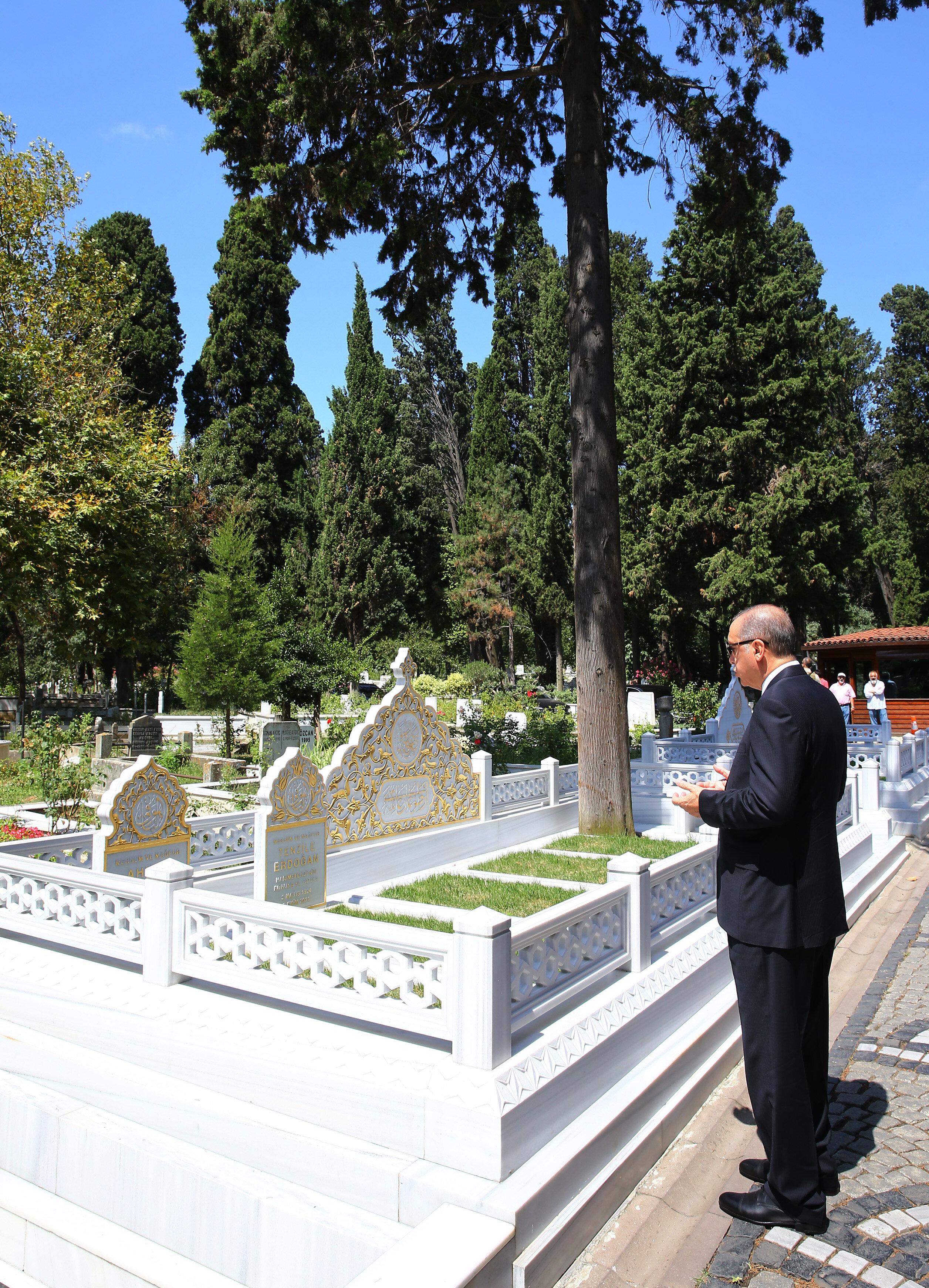 Cumhurbaşkanı Recep Tayyip Erdoğan, babası Ahmet, annesi Tenzile Erdoğan ile 15 Temmuz şehitleri Erol Olçak ve oğlu Abdullah Tayyip Olçak'ın Karacaahmet Mezarlığı'ndaki kabirlerini ziyaret etti.