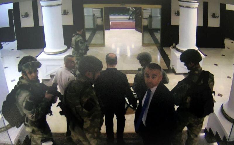 Akar'ın yaveri Yarbay Levent Türkkan, Emir Subay Yardımcısı Yüzbaşı Serdar ve Özel Kuvvetlerde görevli silahlı askerler Org. Akar'ın çalıştığı odaya girdi.