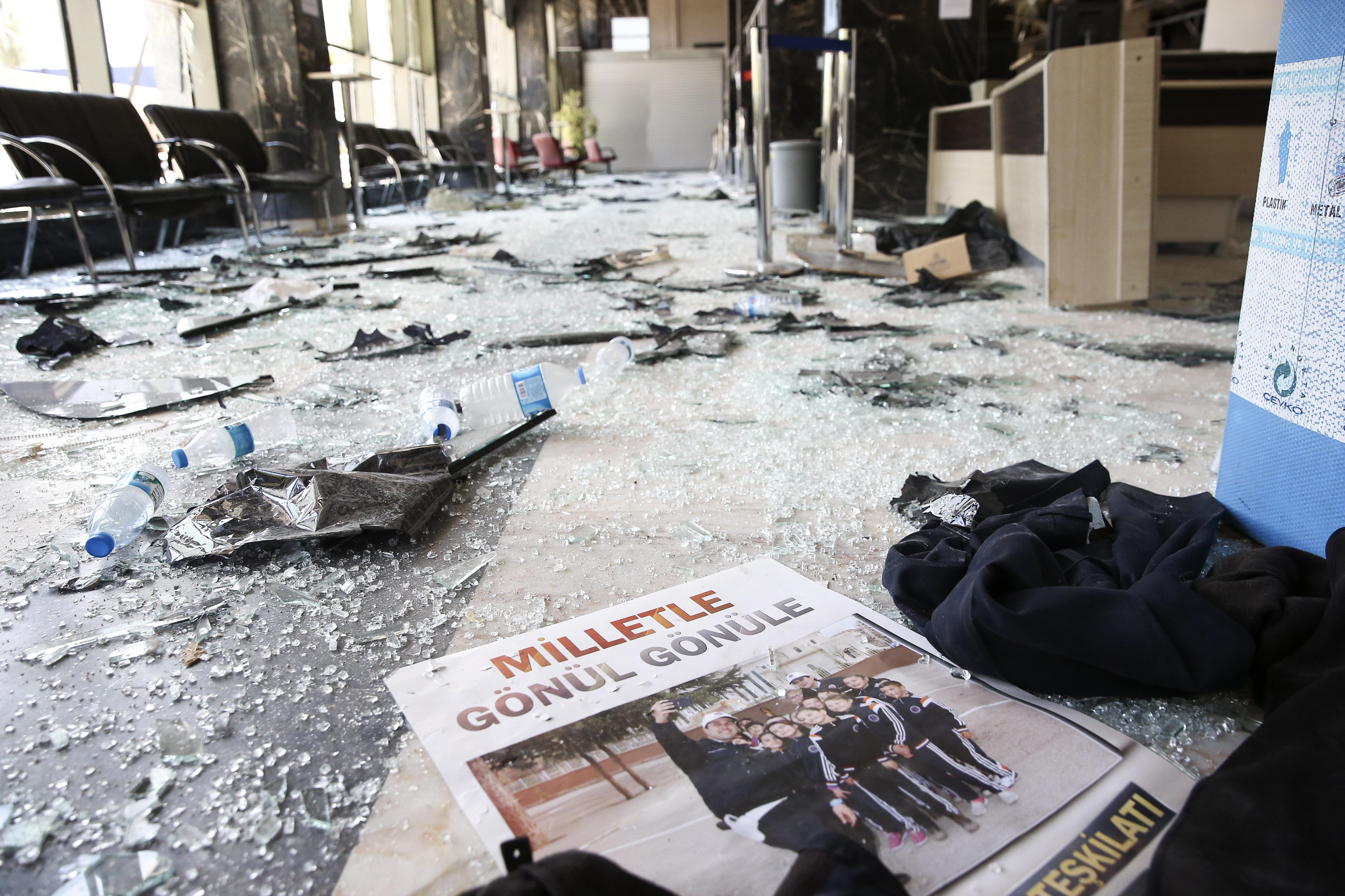 Darbeci hainlerin attığı bomba sonrasında meydana gelen hasar gün ışığıyla beraber ortaya çıktı.