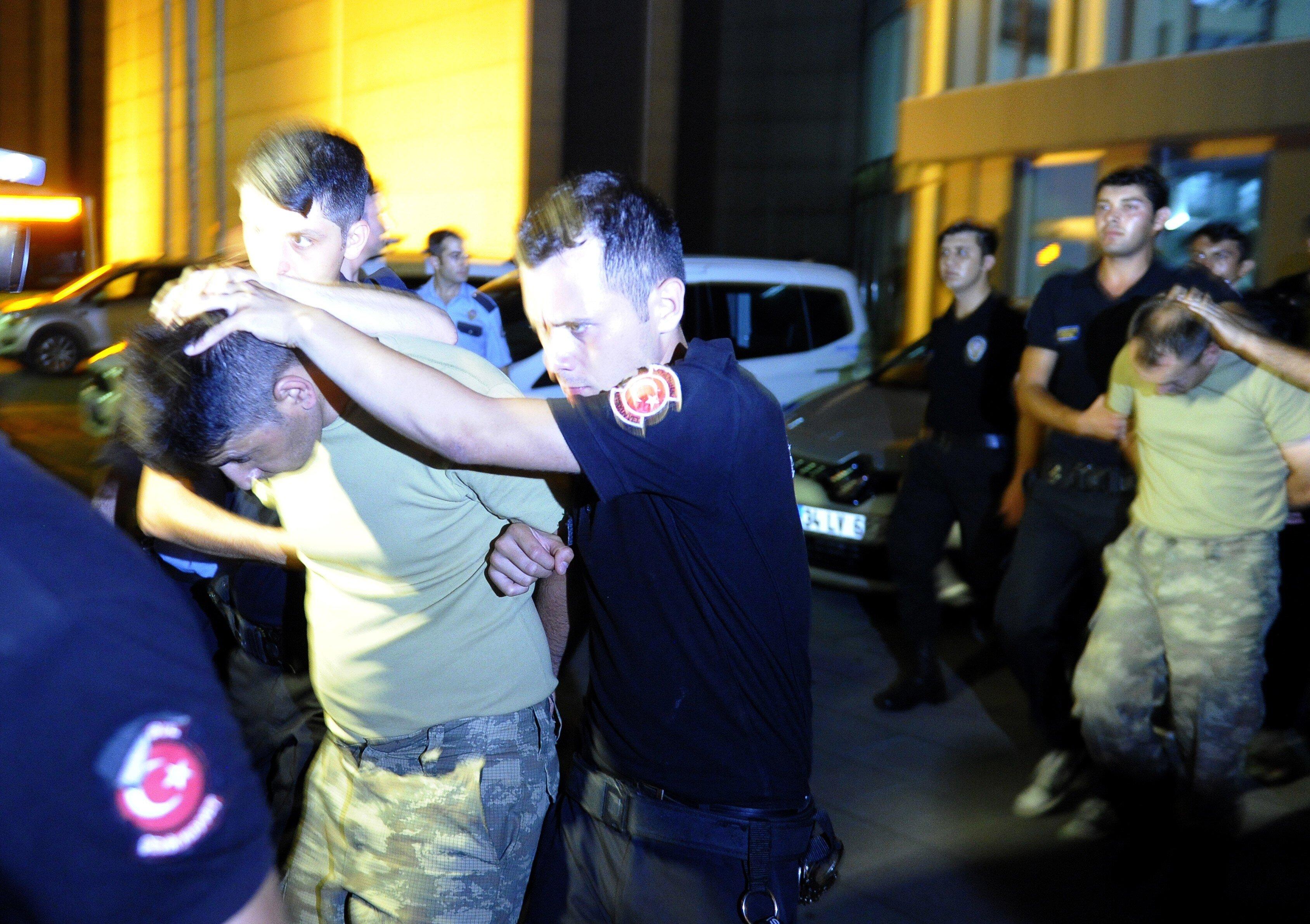 Atatürk Havalimanı'nda darbe girişiminde bulunan 45 asker polis tarafından gözaltına alındı.