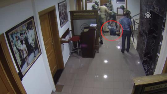 Darbeci hainler öldürdükleri vatandaşı koridorda sürüklediler!